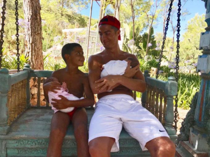 La imagen más tierna de Cristiano Ronaldo junto a sus tres hijos
