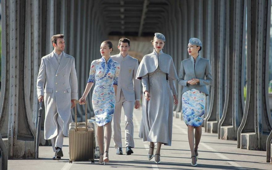Aerolínea China viste a empleados con moda de alta costura