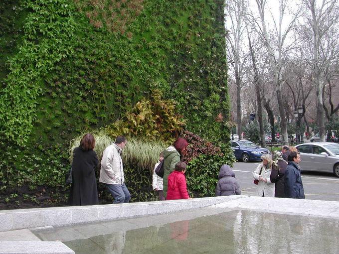 Jardines verticales le dan vida a los edificios actitudfem for Edificios con jardines verticales