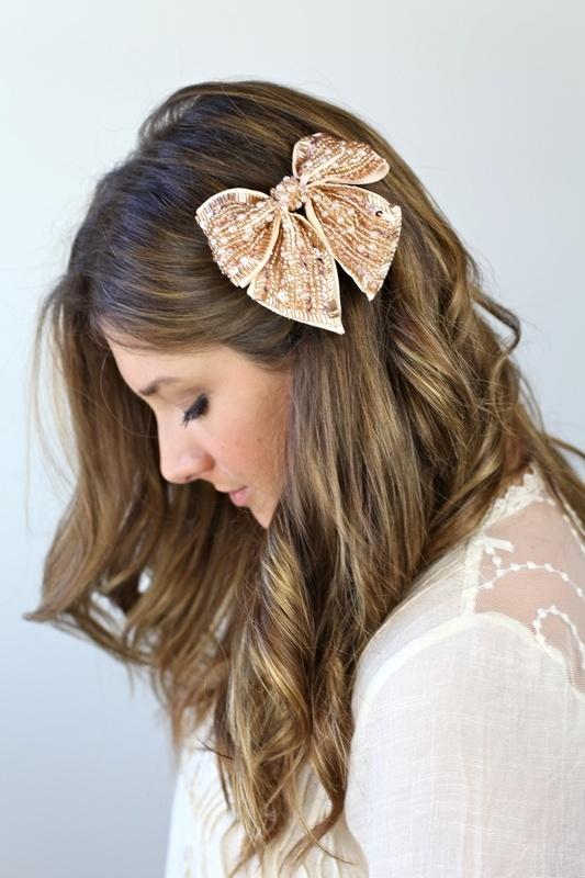 peinado cabello largo con ondas y partido en medio tipo de moo tela y lentejuela con clip o broche ubicacin del moo a un costado de la cabeza sobre