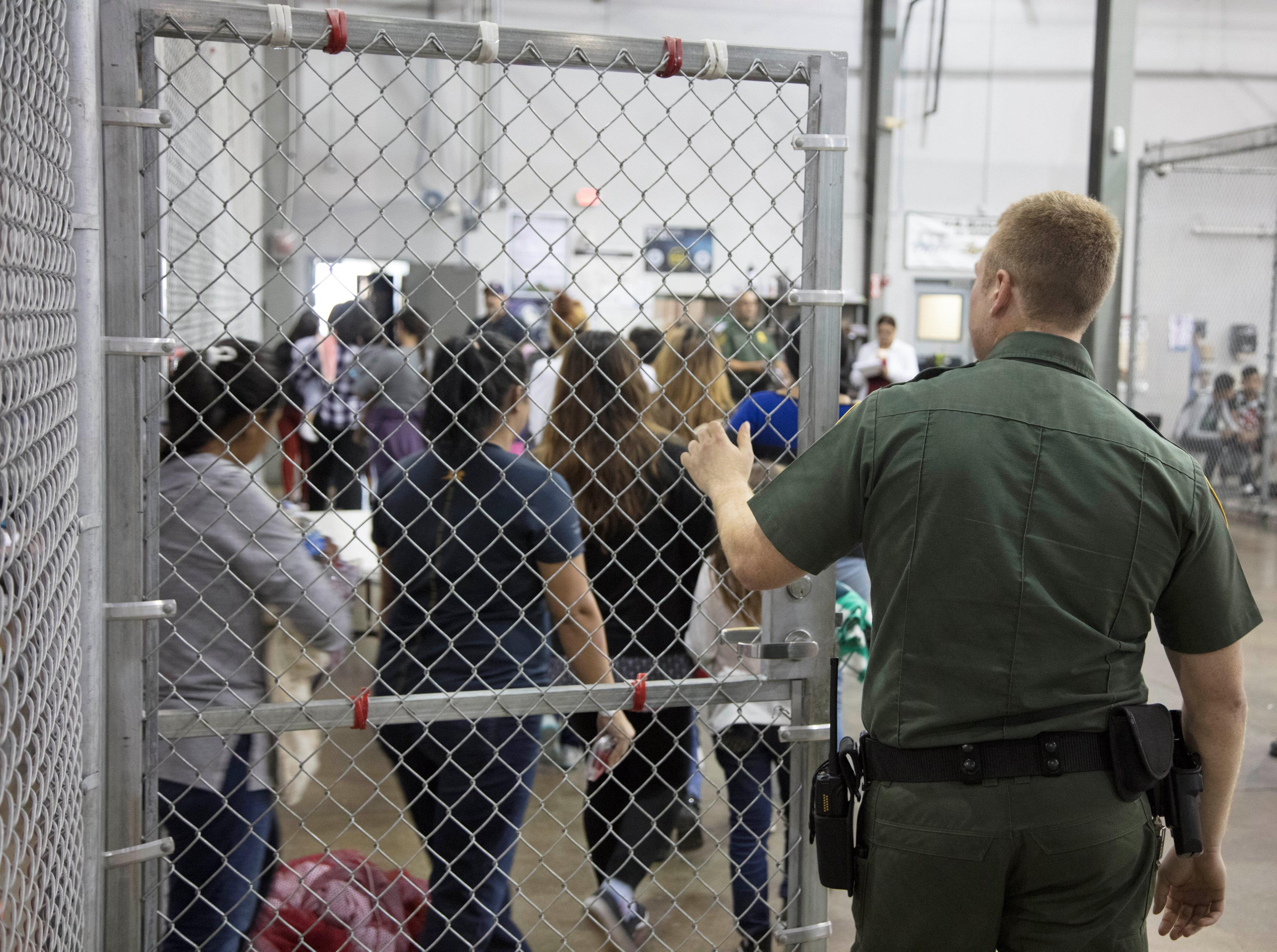 Cientos de niños esperan en jaulas de la Patrulla Fronteriza en Texas