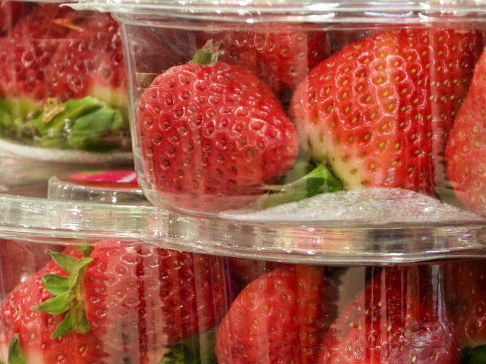 la fruta es un delicioso regalo compra una cajita de fresas y cambia la etiqueta