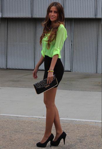 4892ccea6c Una falda negra a la cintura es una prenda que puedes combinar con un  montón de ...