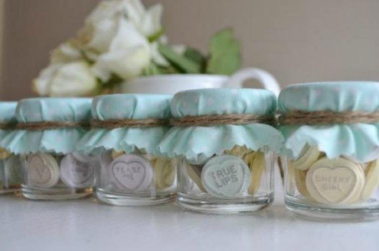 mentas en un frasco decorado con los colores de tu boda