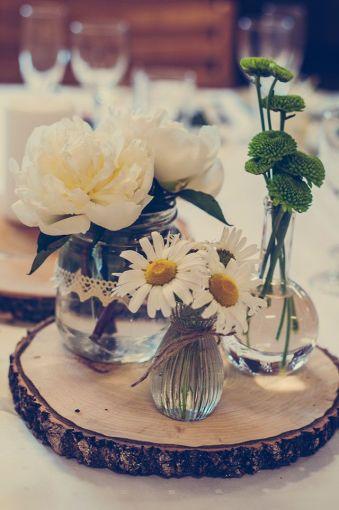 un tronco como centro de mesa le da un toque sper rstico a tu boda