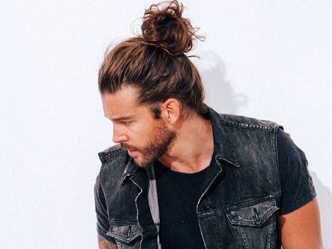 est muy de moda que los hombres se recojan el cabello en un chonguito y