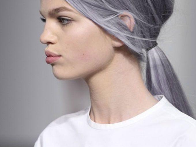 Looks con cabello gris fotos soyactitud - Colores que contrastan con el gris ...