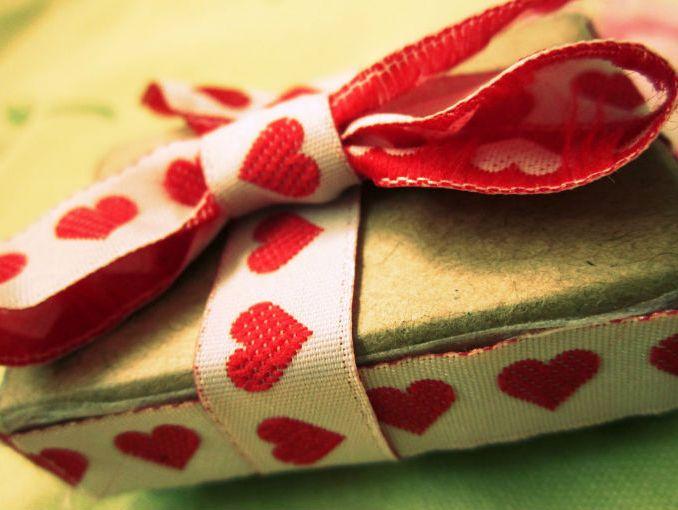 los regalos pasan de simples a cuando se agregan pequeos adornos los pequeos detalles pueden ser tan simples como una banda de papel