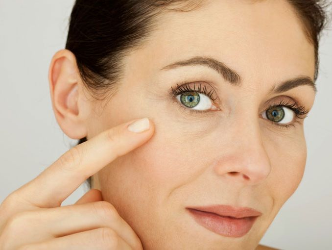 El jugo del aloe de las arrugas bajo los ojos
