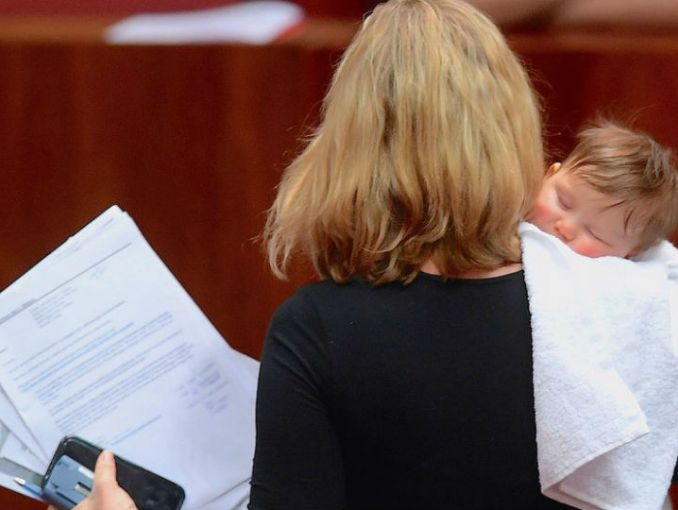Senadora australiana amamanta a su bebé en plena sesión