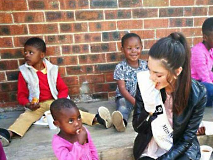 Miss Sudáfrica usa guantes para visitar a niños con VIH y genera