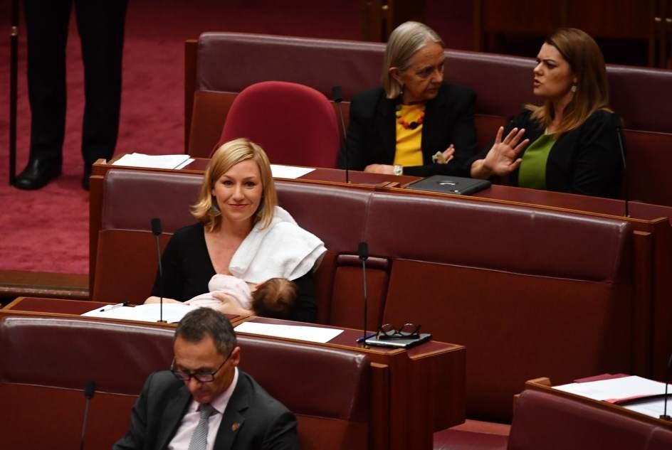 """Senadora australiana presenta una moción mientras amamanta a su bebé"""""""