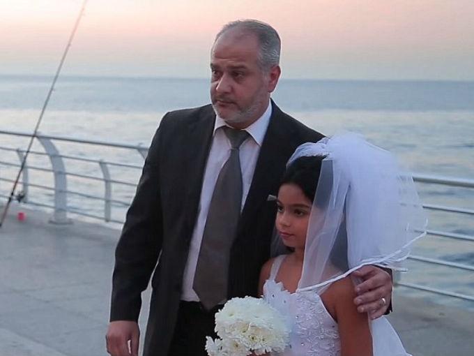 Ahora, como ya te mencionamos, también es común que los refugiados sirios ofrezcan a sus hijas pequeñas en matrimonio para brindarles una mejor calidad de