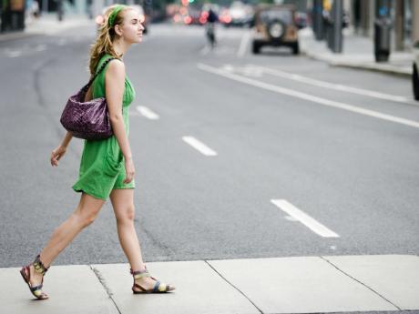 mujer_camina_calle_ejercicio_vestido_verde_bolsa.jpg