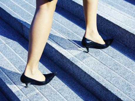 mujer_camina_zapatos_tacones_escalones.jpg