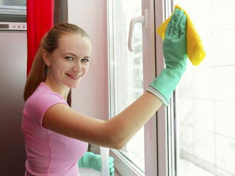 mujer_limpiar_ventanas_guantes_trapo.jpg
