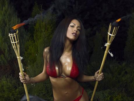 senos_prohibido_bikini.jpg