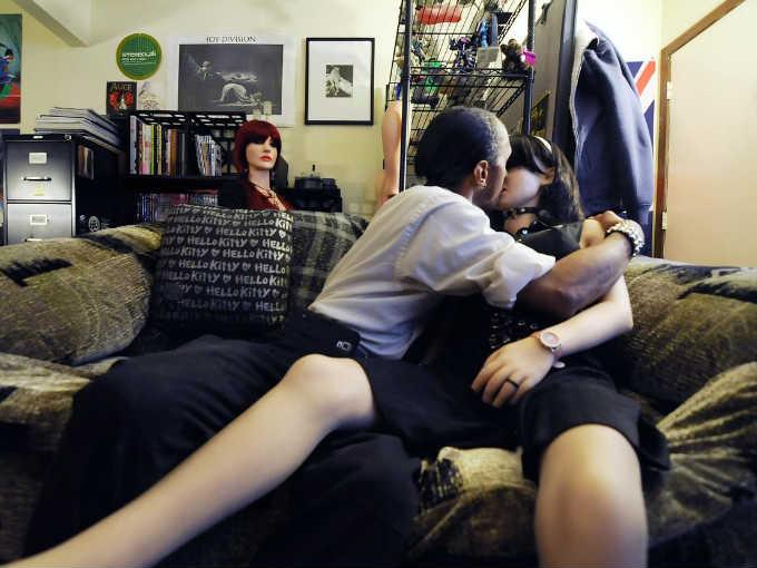 Ellos encontraron el amor en sus mu ecas sexuales actitudfem - Sillas para hacer el amor ...