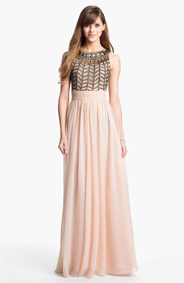 cb12aefcd Este vestido es más colorido y los brillos harán que acapares todas las  miradas en la pista.