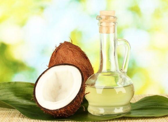 La máscara para los cabellos del aceite de oliva y el huevo y el limón