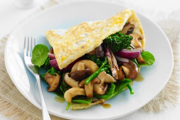 Un omelette de vegetales con aguacate y una rebanada de pan es un desayuno adecuado, aseguran.