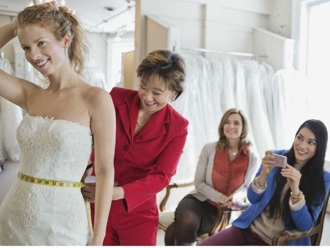Resultado de imagen para novia escogiendo vestido de novia