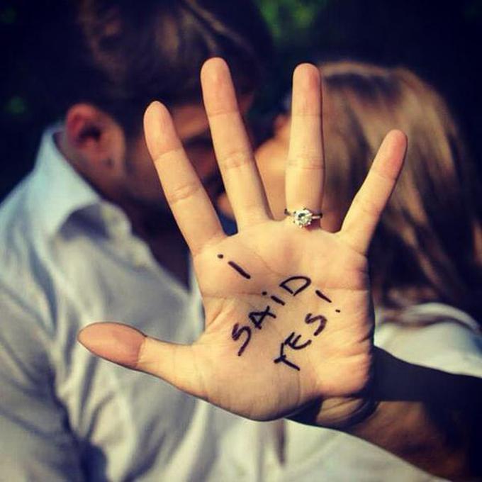 510aae983283 Puedes subir una foto de los 2 tomados de la mano en la que tu mano  sobresalga o una foto de ustedes 2 abrazados en la que se note el anillo.