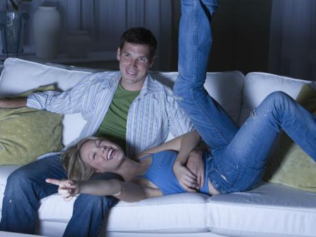 Resultado de imagen de pareja viendo televisión