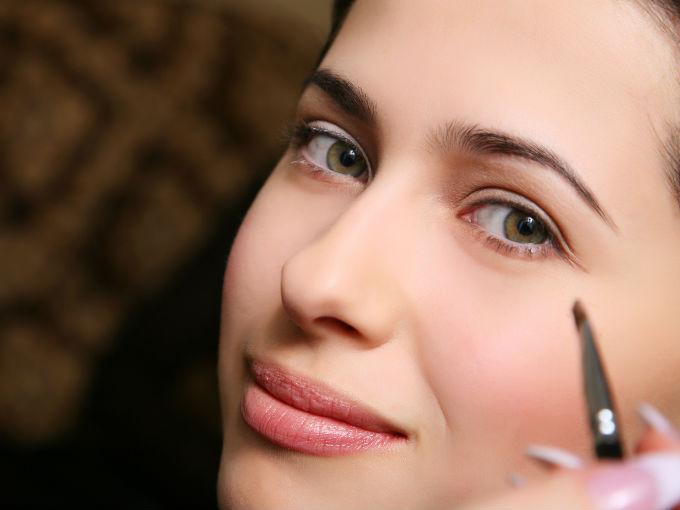 Como maquillarte las cejas actitudfem - Hacerse las cejas en casa ...
