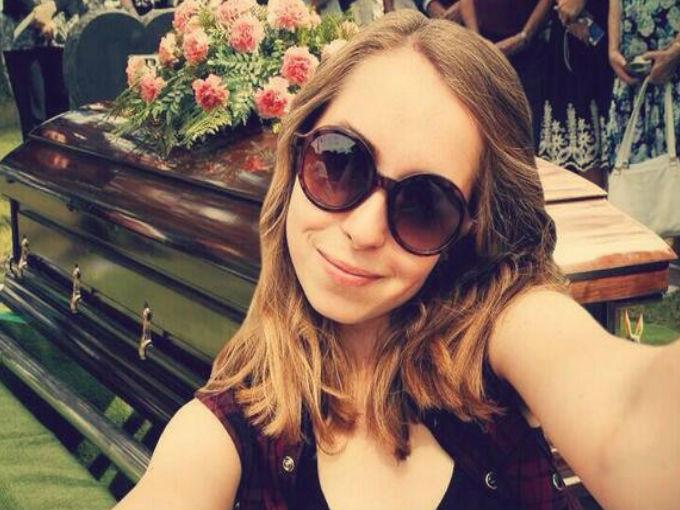 La selfie en el funeral. ¡Qué graciosa! Dijo nadie nunca… / WeHearit