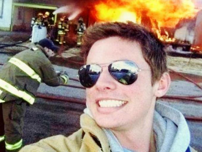 La selfie en desastres naturales… Y si la vas a aplicar, al menos intenta no sonreír como el patético dude de esta foto… / WeHearit