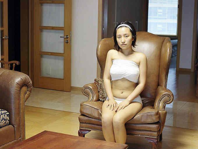 """Ji Yeo es una fotógrafa coreana de 29 años y la creadora de """"Beauty Recovery Room"""". Éste es un proyecto que muestra la obsesión de las mujeres de su país con la belleza occidental."""