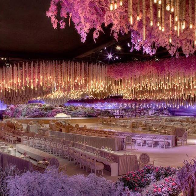 La boda se llevó a cabo en Safisa, un elegante salón de eventos en Moscú, el cual fue cubierto con luces y flores.