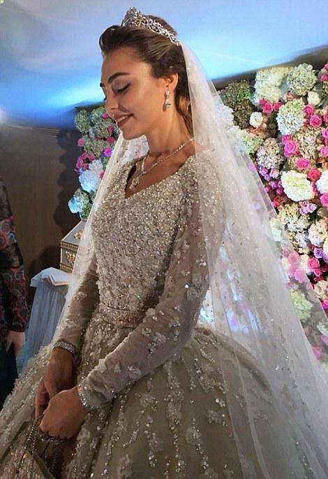 La novia lució un vestido diseñado por Elie Saab que fue transportado desde París. De acuerdo a The Telegraph, el ajuar tiene un valor de £18,000 (casi $450 mil pesos)