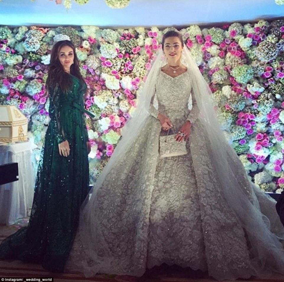 Gracias a la innumerable cantidad de pedrería, el vestido pesaba más de 12 kilos, por lo que la novia necesitaba ayuda para caminar.