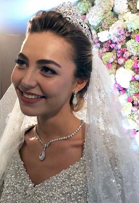 Que mejor manera de 'accesorizar' un vestido de casi medio millón de pesos que con una tiara, un collar y un bolso repleto de diamantes.