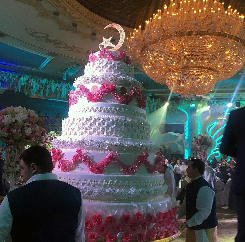 Esta enormidad fue el pastel de bodas…