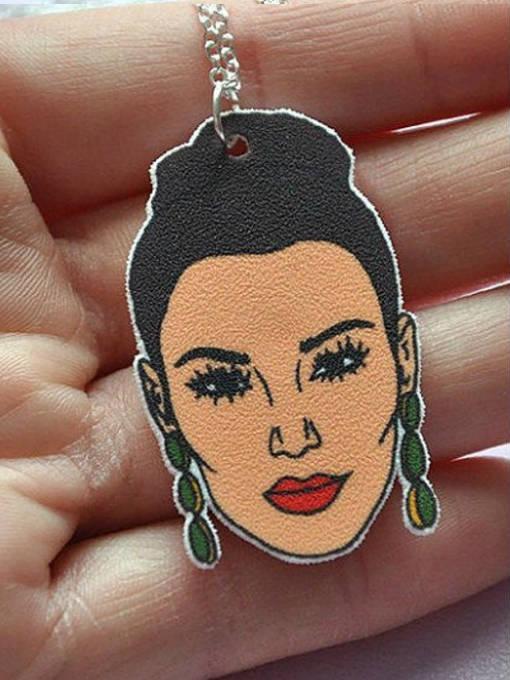 Es Kim, pero también le da un aire a Selena.