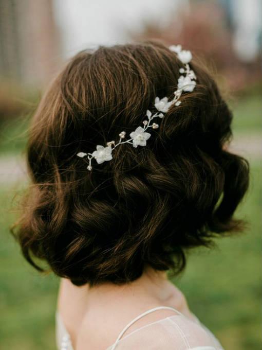 Un tocado de flores silvestres, para las novias más bohemias.