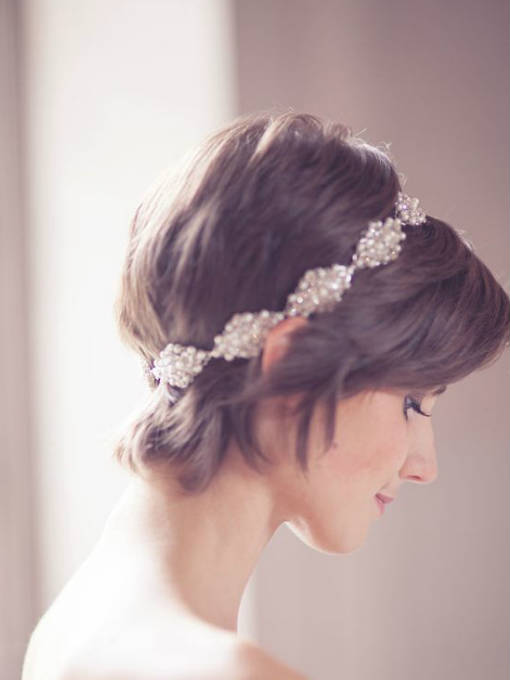 Una diadema brillante que enmarca tu cabello corto.