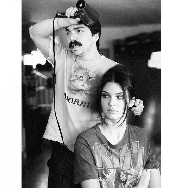 De vez en cuando ayuda a Kendall a arreglarse.