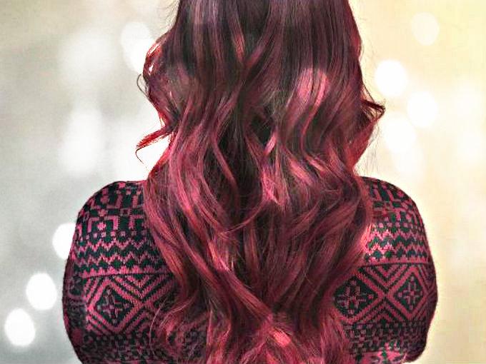 Pareja escolta cabello rojo
