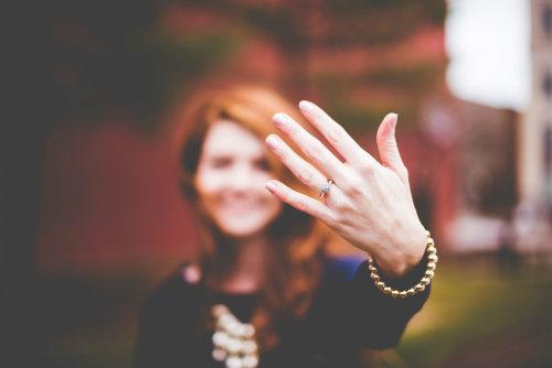 anillo-de-compromiso-diferencias-anillo-de-promesa