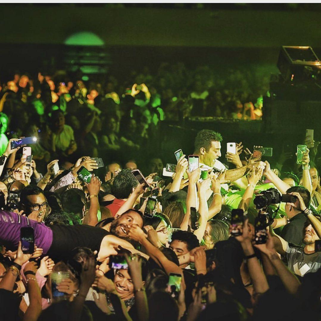 El cantante Ari Borovoy en un concierto entre los asistentes