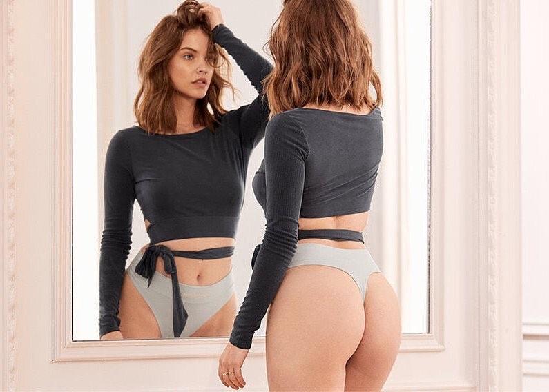 Modelo en  lencería  viéndose al espejo