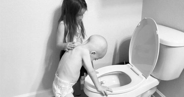 Ella consuela a su hermanito de 4 años en su lucha contra el cáncer