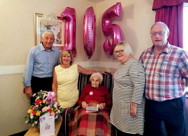 Abuela de 105 años revela que el secreto para la longevidad es mantenerse alejada de los hombres