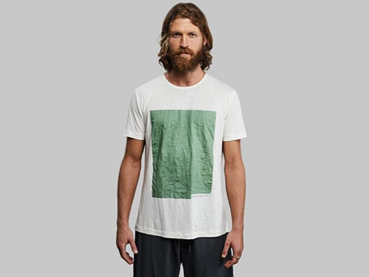 hombre con playera con un cuadro verde grande