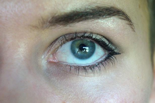 como-delinear-ojos-pequenos-para-hacerlos-mas-grandes-cat-eye-sutil