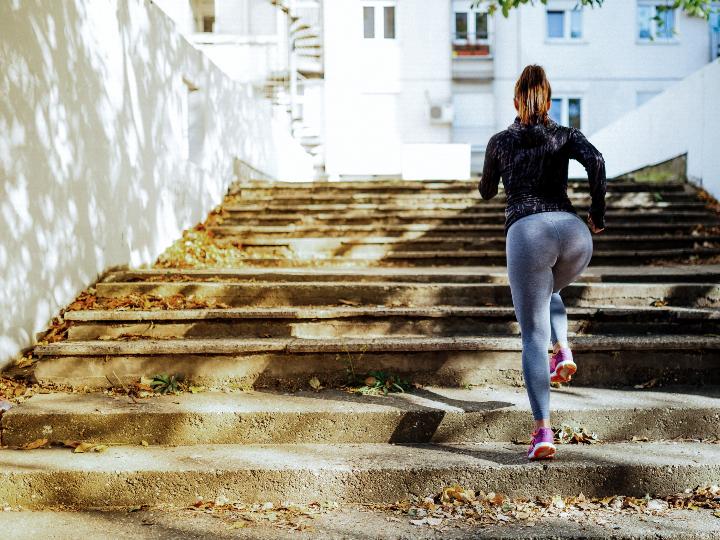 Imagen ilustrativa: mujer subiendo las escaleras corriendo.